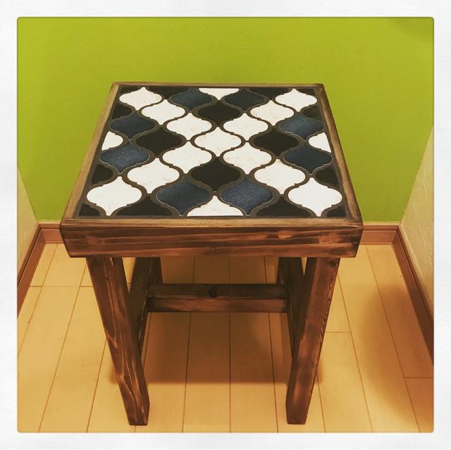 サイドテーブルにもなるタイル張りスツールランタン クロスミックス